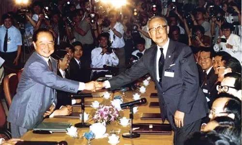 1993年4月27日─29日汪道涵和長辜振甫在新加坡舉行會談並簽訂共同協議
