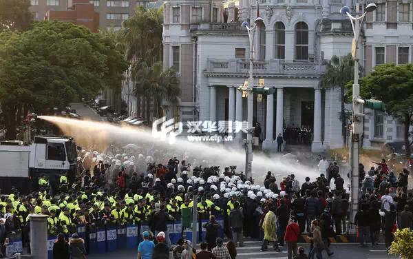 台灣警方用高壓水槍驅趕反服貿運動群眾