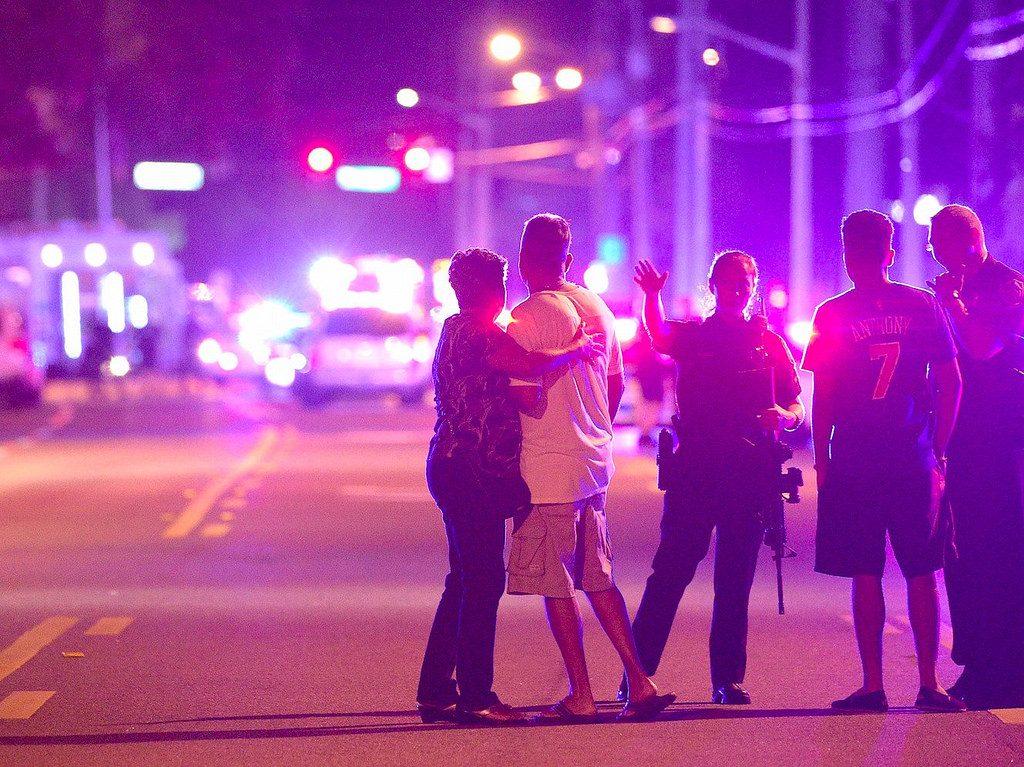 警方陪同奧蘭多同志酒吧的受害者親友在現場等候消息。(照片來源:Business Insider;攝影:Phelan M. Ebenhack/AP)