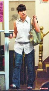 假名媛  牛郎詐騙集團找來小珍扮名媛與牛郎在紅茶店或咖啡館會面,她穿著邋遢上衣踩著白色涼鞋,實在看不出貴氣。